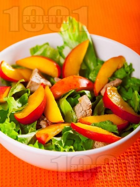 Зелена салата с пилешки филенца, праскови, джинджифил и соев сос - снимка на рецептата